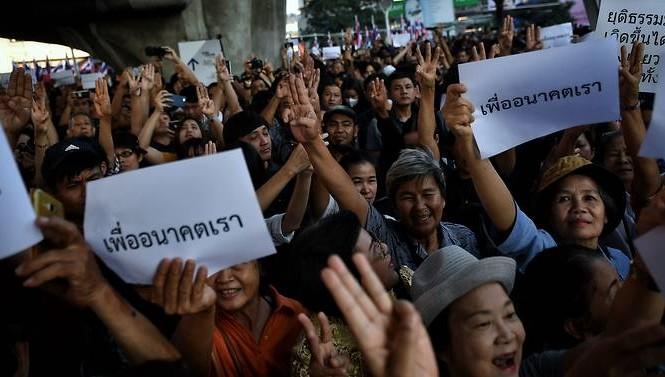 Hàng ngàn người Thái Lan đổ xuống đường biểu tình. (Ảnh: Reuters)