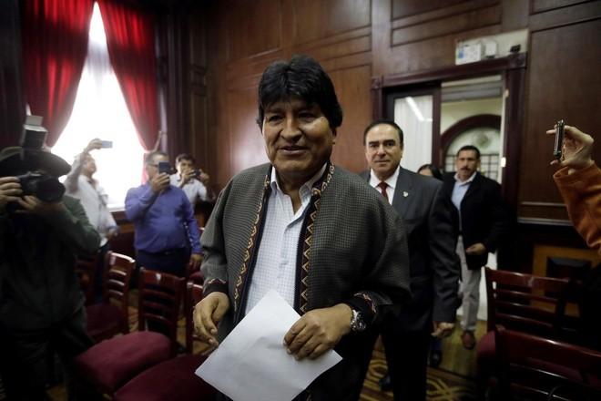 """Cựu tổng thống Bolivia Evo Morales đã thề sẽ """"tiếp tục chiến đấu"""" sau khi đặt chân đến Argentina. Ảnh: Reuters."""