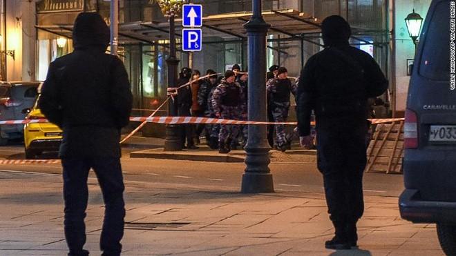 Các sĩ quan cảnh sát Nga bên ngoài trụ sở FSB tại Moscow. Ảnh: CNN.