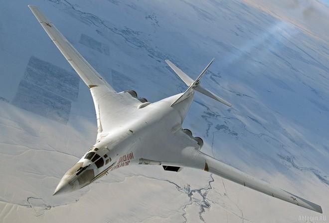 Oanh tạc cơ Tu-160 gắn tên lửa siêu thanh Kinzhal như 'hổ mọc thêm cánh'