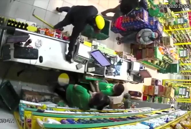 Cảnh 2 đối tượng dùng súng cướp cửa hàng bách hóa như phim hành động