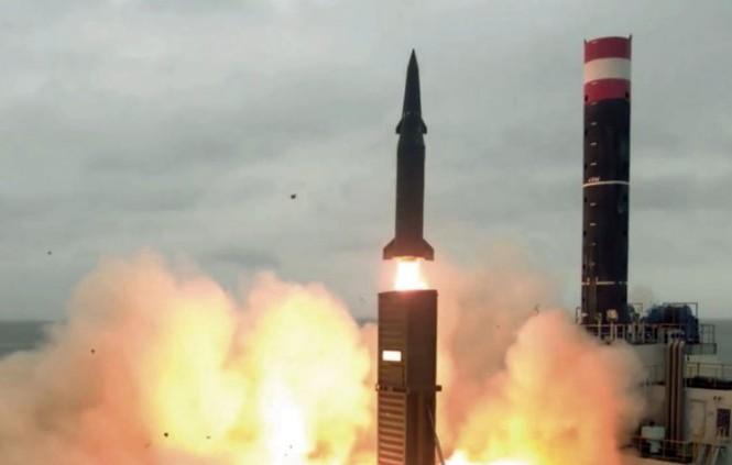 Một tên lửa đạn đạo Hyunmu-2C có tầm bắn 800 km được bắn từ bệ phóng gắn trên xe tải. Ảnh: Bộ Quốc phòng Hàn Quốc