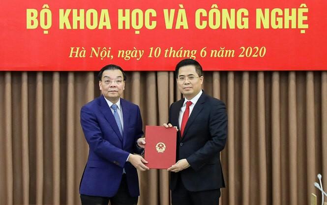 Bộ trưởng Chu Ngọc Anh trao quyết định cho tân Thứ trưởng Nguyễn Hoàng Giang.