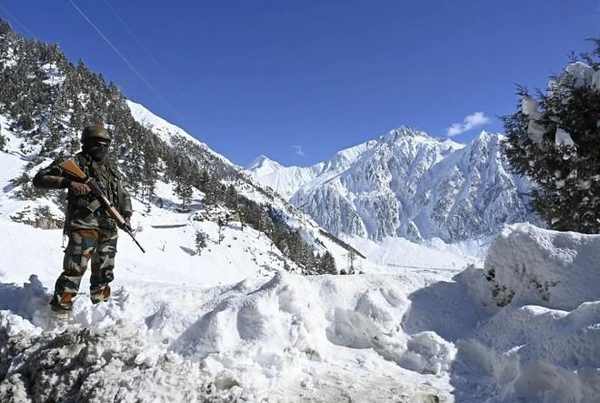Binh sĩ Ấn Độ canh gác ở vùng biên giới với Trung Quốc.