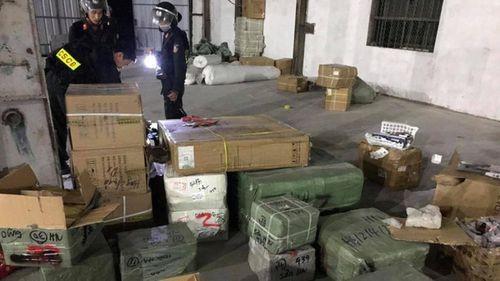 Cảnh sát kiểm tra kho hàng của đường dây buôn lậu do Đào Văn Chấp cầm đầu