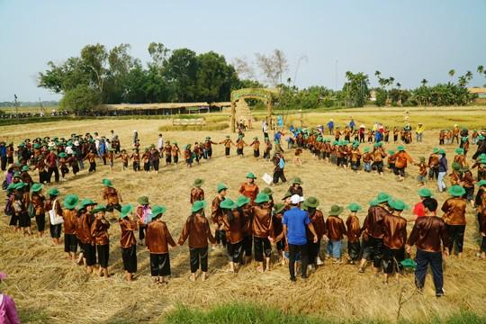 Sôi động tuổi thơ với lễ hội ngày mùa trên đồng ruộng