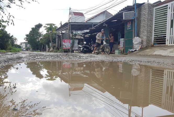 Đường dân sinh nhà thầu Trung Quốc mượn để thi công cao tốc nay xuống cấp nghiêm trọng nhưng vẫn chưa được hoàn trả - ảnh Nguyễn Ngọc