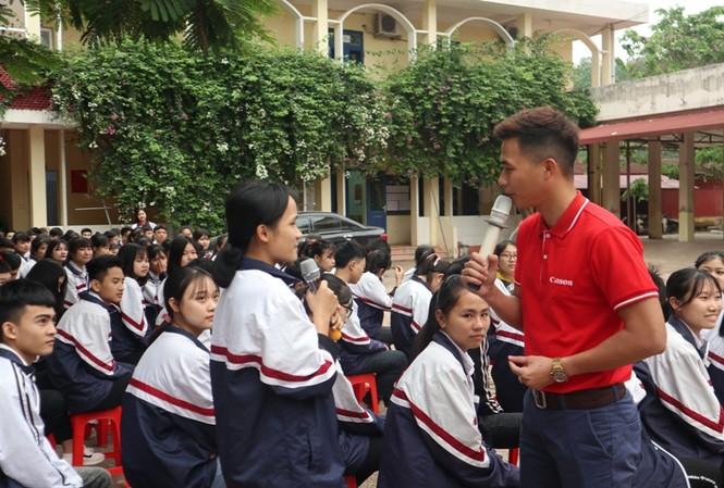 Các em học sinh trường THPT Lục Ngạn số 3, Bắc Giang tham gia hoạt động hướng nghiệp của Canon và các đơn vị tổ chức.