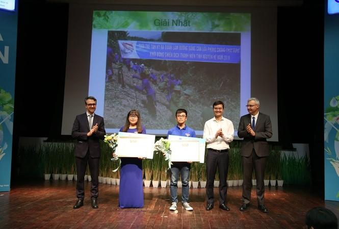 Anh Bùi Quang Huy, Bí thư T.Ư Đoàn và ông Giorgio Aloberti, Đại sứ bổ nhiệm Liên minh Châu Âu tại Việt Nam và ông Nicolas Warnery , đại sứ cộng hoà Pháp tại Việt Nam trao giải Nhất và giải Nhì của cuộc thi.