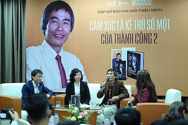 """TS. Lê Thẩm Dương tại buổi giới thiệu cuốn sách """"Kẻ thù là số 1 của thành công 2"""". Ảnh: Dương Triều"""