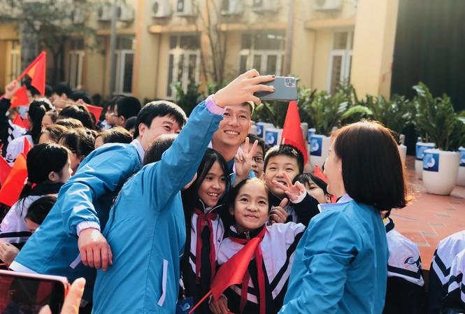"""Các đại biểu hào hứng """"seo-phi"""" cùng các em học sinh trường PTCS Nguyễn Đình Chiểu."""