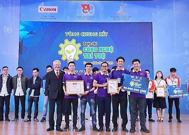 """Ban tổ chức Cuộc thi """"Công nghệ trí tuệ Canon Chie-Tech"""" trao giải Nhất cho đội tuyển  SRC.HUST của Trường Đại học Bách khoa Hà Nội."""