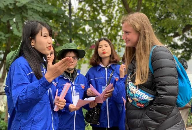 Đội hình hỗ trợ du lịch Thăng Long - Hà Nội hướng dẫn khách du lịch.