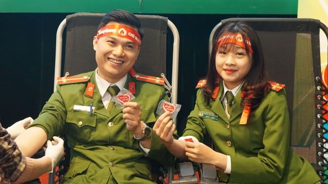 Vợ chồng chiến sĩ công an cùng đi hiến máu