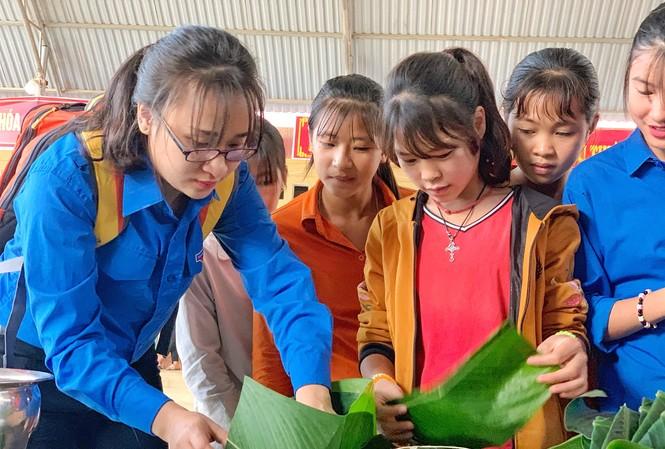 """Các tình nguyện viên gói """"Bánh chưng yêu thương"""" tặng thanh thiếu nhi có hoàn cảnh khó khăn, gia đình chính sách huyện Mường Khương, tỉnh Lào Cai."""