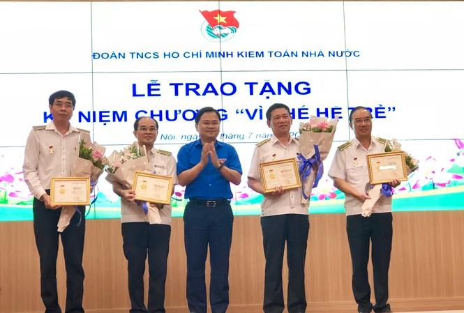 Bí thư thường trực T.Ư Đoàn Nguyễn Anh Tuấn trao tặng Kỷ niệm chương Vì thế hệ trẻ cho ông Hồ Đức Phớc, Tổng Kiểm toán Nhà nước và các lãnh đạo Kiểm toán Nhà nước.