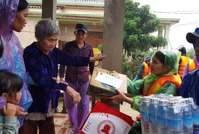 Tỉnh Đoàn Quảng Trị trao tặng nhu yếu phẩm, tiếp sức bà con vùng lũ