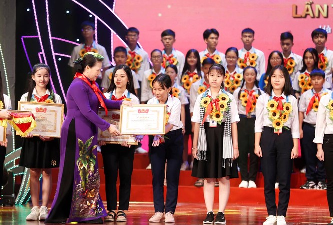 Chủ tịch Quốc hội Nguyễn Thị Kim Ngân trao tặng Bằng khen cho đại biểu thiếu nhi tham dự Đại hội cháu ngoan Bác Hồ toàn quốc lần thứ IX, năm 2020.