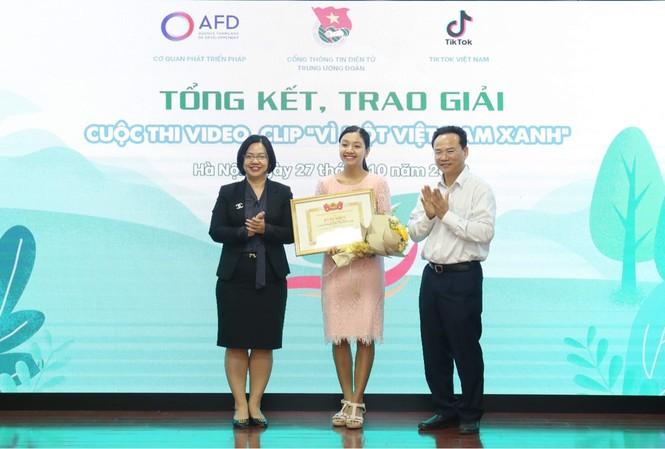 Ban tổ chức trao giải Nhất cho thí sinh Hoàng Minh Thủy.