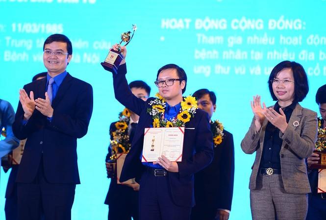 Anh Bùi Quang Huy, Bí thư T.Ư Đoàn, Chủ tịch T.Ư Hội SVVN trao tặng phần thưởng Quả Cầu Vàng năm 2020. Ảnh: Dương Triều