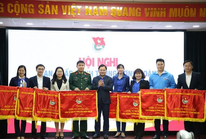 Anh Nguyễn Anh Tuấn, Bí thư thứ nhất T.Ư Đoàn, Chủ tịch T.Ư Hội LHTN Việt Nam trao tặng cờ thi đua cho các đơn vị xuất sắc năm 2020