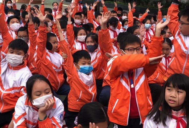 Các em học sinh trường Tiểu học Dịch Vọng B tham gia giao lưu tại Vòng chung kết, trao giải cuộ thi Tìm hiểu Luật Trẻ em trực tuyến.