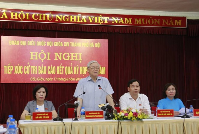 Tổng Bí thư Nguyễn Phú Trọng cùng các ĐBQH đoàn Hà Nội tiếp xúc cử tri tại quận Cầu Giấy. Ảnh VT