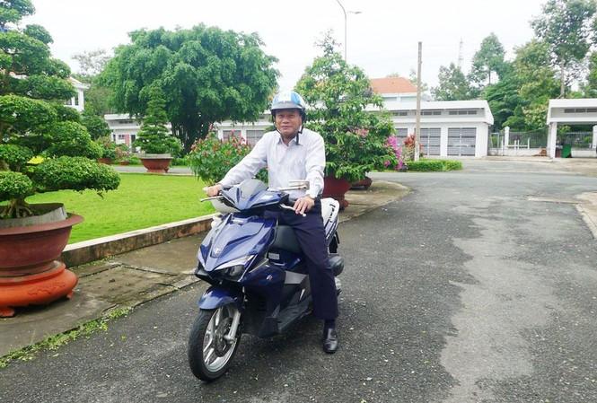 Ông Nguyễn Văn Dương - Chủ tịch UBND tỉnh Đồng Tháp tự đi xe máy đến nhiệm sở. Ảnh: Dân Trí