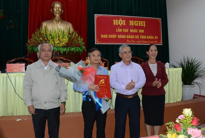 Thường trực Tỉnh ủy Kon Tum trao quyết định cho ông Nguyễn Hữu Thạch.