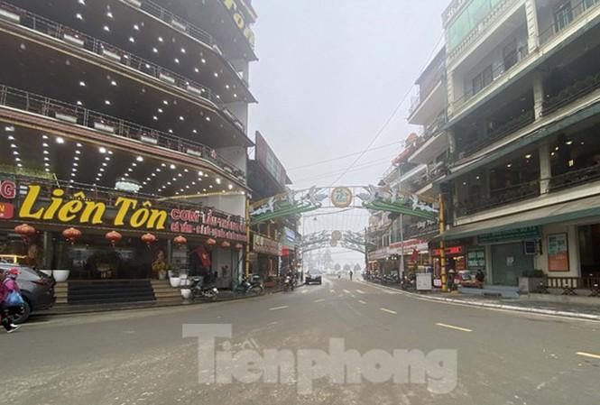 Sa Pa ngày 26/2, tại quảng trường trung tâm thị xã vắng bóng người qua lại.