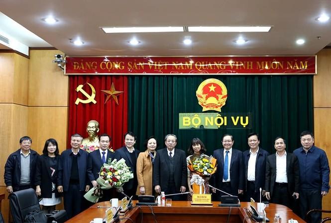 Bộ trưởng và các lãnh đạo Bộ Nội vụ chúc mừng tân Vụ trưởng