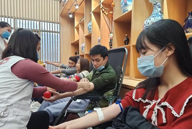 Lê Phương Thảo, sinh viên Trường Đại học Hùng Vương tham gia hiến máu. Em cho biết, tới đây sẽ tiếp tục tham gia hoạt động ý nghĩa này