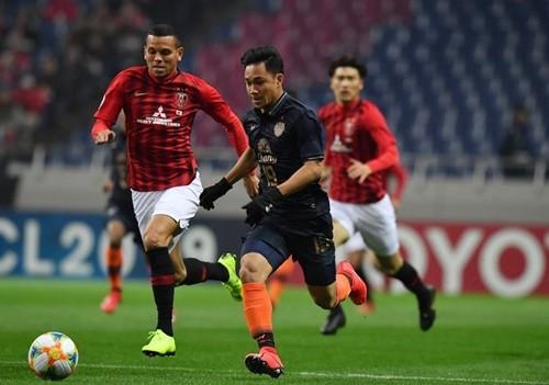 Buriram United (áo đen) nhận thất bại trận ra quân AFC Champions League