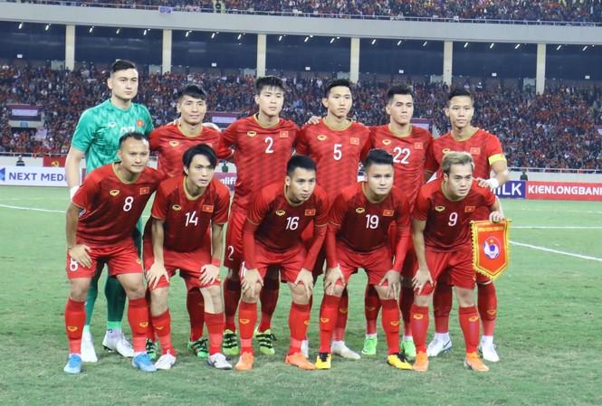 Trọng Hoàng và Duy Mạnh khởi động trước trận đấu. Ảnh: Hồ Như Ý