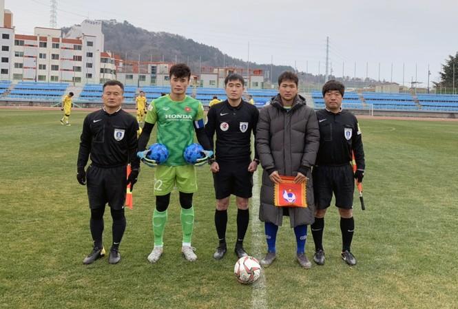 Tiến Dũng bắt chính và đeo băng đội trưởng U23 Việt Nam