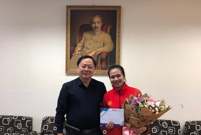 Lê Xuân Sơn- Tổng biên tập báo Tiền Phong- Giám đốc Quỹ hỗ trợ tài năng trẻ Việt Nam trao thưởng cho VĐV Vương Thị Huyền.