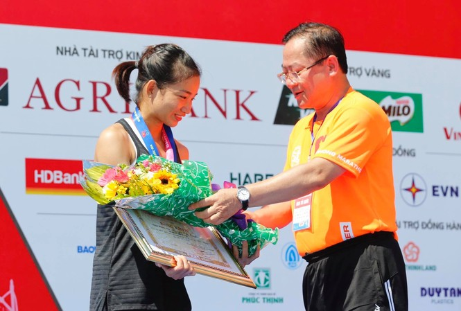 Nguyễn Thị Oanh bảo vệ thành công ngôi vị của mình tại Tiền Phong Marathon 2020. Ảnh VĂN TÀI
