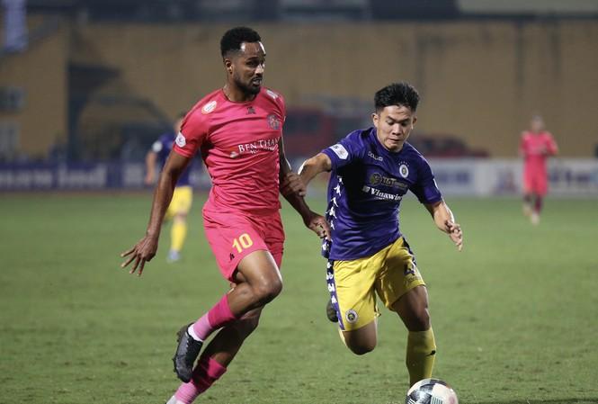 Hà Nội (áo tím) duy trì hy vọng bảo vệ ngôi vô địch.