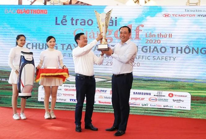 Ông Nguyễn Bá Kiên, TBT Báo Giao thông, Trưởng BTC giải golf Chung tay vì ATGT lần thứ 2 năm 2020 trao cúp vô địch và quà cho golfer Hoàng Quân