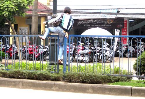 Xử phạt người đi bộ vi phạm Luật Giao thông vào tháng 2/2016.