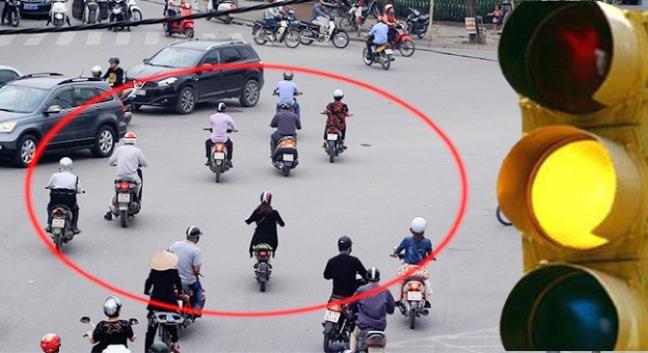 Trường hợp đèn vàng nhưng người tham gia giao thông đã đi vào khu vực ngã tư thì được đi tiếp. Ảnh minh họa