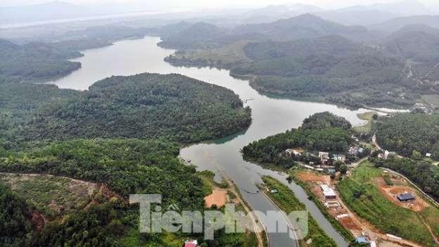 Nước sông Đà bị đầu độc bằng dầu thải.