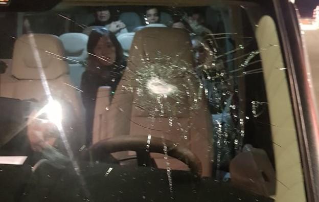 Chiếc xe bị ném đã vỡ kính chăn gió trên cao tốc Lạng Sơn.-Bắc Giang. Ảnh trạm thu phí ghi lại.