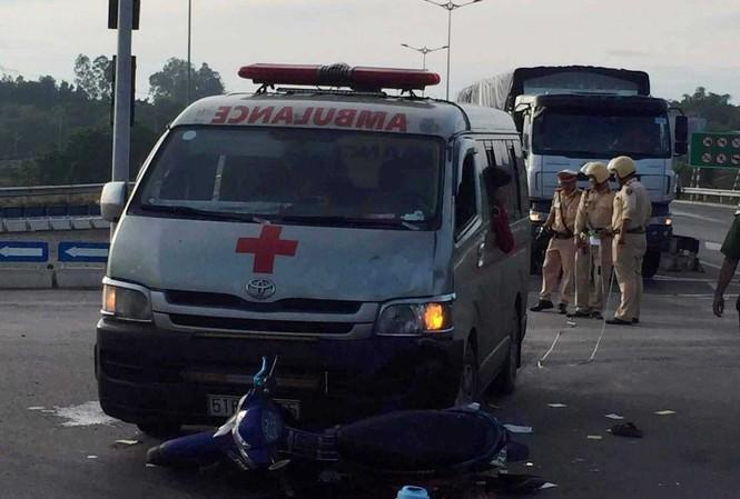 Xe cứu thương chở quan tài đâm xe máy, hai người nguy kịch