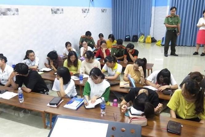 Các học viên tại trung tâm ngoại ngữ tổ chức truyền đạo trái phép.