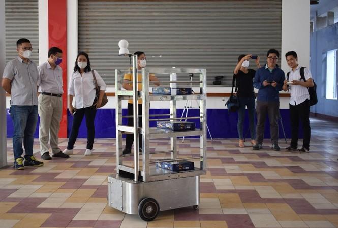Robot 'người vận chuyển' phục vụ tại khu cách ly Covid-19 ở Đà Nẵng
