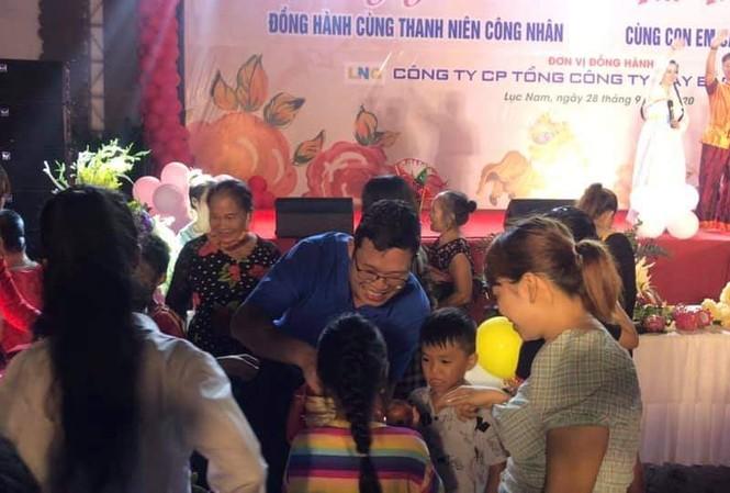 Anh Thân Trung Kiên, Bí thư Tỉnh Đoàn Bắc Giang trao quà Trung thu cho các em thiếu nhi