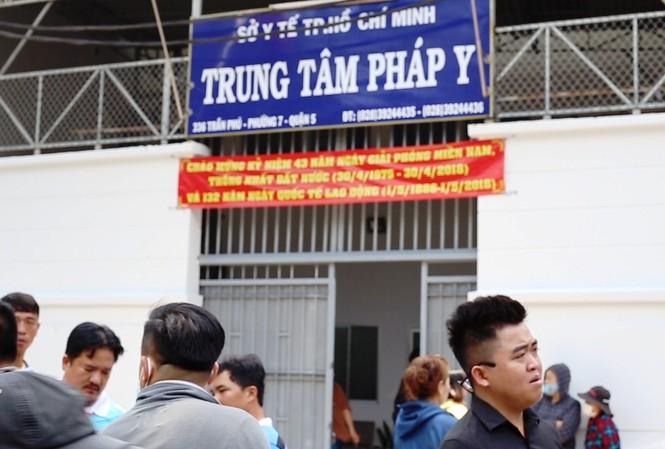 Đến trưa 14/5, nhiều người thân hiệp sĩ vẫn túc trực ở trung tâm pháp y TPHCM.