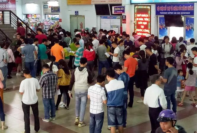 Nhiều người dân đến ga Sài Gòn mua vé tàu Tết.