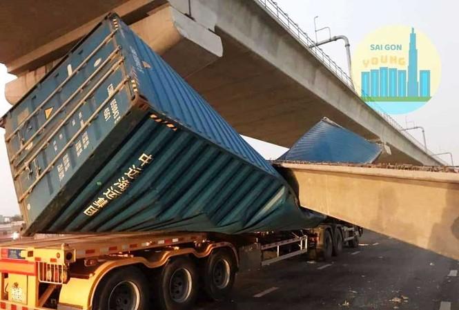 Thùng xe container bị đè bẹp.